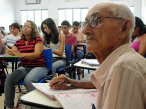 Comissão aprova reserva de vagas ociosas para idosos em universidades